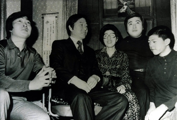 김대중 전 대통령의 장남 김홍일 전 민주당 의원이 20일 오후 5시께 별세했다. 향년 71세. 사진은 1970년대 초 무렵 고 김대중 전 대통령 가족의 모습. 오른쪽 두 번째가 김 전 의원.