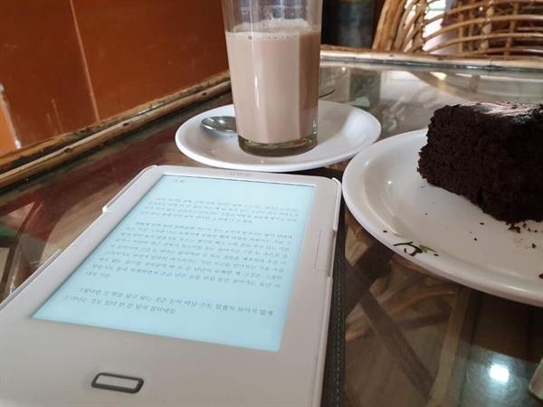 인도 북부 리시케시의 한 카페. 책과 케이크, 짜이(인도의 차)면 여행지의 하루로 더할나위 없다.