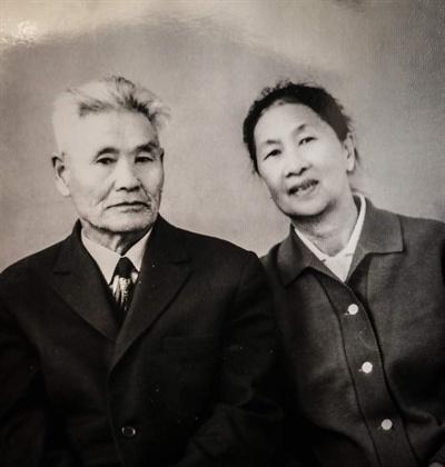 21일 오후 고국으로 유해가 봉환될 독립유공자 계봉우 지사와 부인 김야간 여사의 생전 모습. 계봉우 지사는 1919년 중국 상하이에 임시정부가 수립되자 북간도 대표로 임시의정원 의원으로 활동하고 '독립신문'에 독립정신을 고취하는 글을 게재했다. 1937년 중앙아시아로 강제 이주 후에도 민족교육에 전념, '조선문법', '조선역사' 등을 집필했다. 정부는 계 지사의 업적을 인정해 1995년 건국훈장 독립장을 추서했다. 문재인 대통령은 21일 오후(현지시간) 카자흐스탄에서 독립유공자 황운정, 계봉우 선생 부부의 유해를 고국으로 봉환하는 행사를 역대 대통령 중 최초로 진행한다. [계봉우 지사 유족 제공]