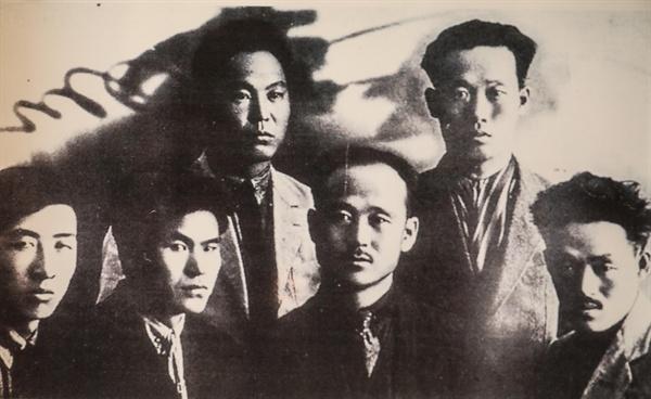21일 오후 카자흐스탄에서 유해가 고국으로 봉환될 독립유공자 황운정 지사(아랫줄 왼쪽 두 번째)가 젊은 시절 연해주에서 동료들과 찍은 사진. 황운정 지사는 함경북도 온성 출신으로 1919년 함경북도 종성과 온성 일대에서 3.1 운동에 참가한 뒤, 러시아 연해주에서 무장부대의 일원으로 선전공작을 통한 대원 모집과 일본군과의 전투에 참여했다. 정부는 2005년 황 지사에게 건국훈장 애족장을 추서했다. 문재인 대통령은 21일 오후(현지시간) 카자흐스탄에서 독립유공자 황운정, 계봉우 선생 부부의 유해를 고국으로 봉환하는 행사를 역대 대통령 중 최초로 진행한다. [황운정 지사 유족 제공]