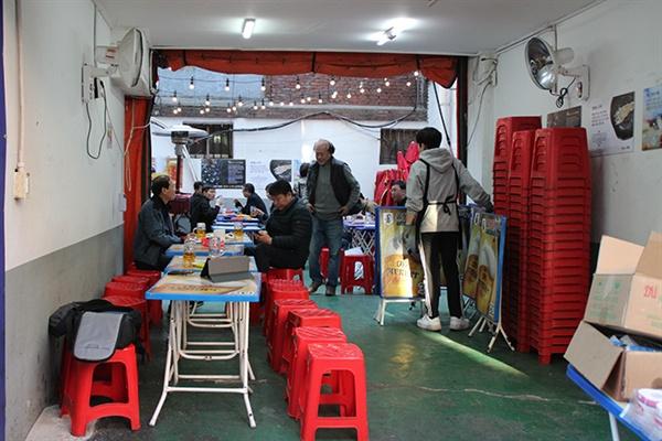 5시 무렵 까지만 해도 한가했던 가게는 6시를 넘어서자 손님들의 발걸음이 이어졌다.