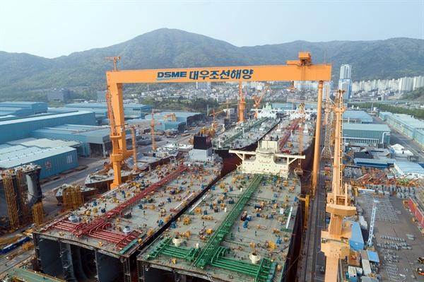대우조선해양 1도크에서 VLCC 4척이 동시에 건조되고 있다.