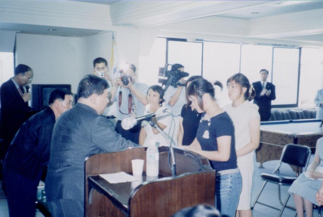 2003년 유영장학회 장학금 수여식에 참석한 김홍일 전 의원. 이때를 마지막으로 그는 장학금 수여식에 참석하지 못했다.