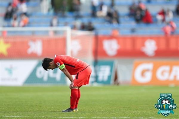 2019년 4월 21일 제주 종합경기장에서 열린 K리그1 제주 유나이티드와 강원 FC의 경기. 제주 박진포 선수가 패배 후 아쉬워하고 있다.