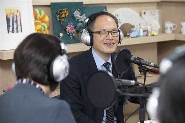 4월 18일 은평시민신문과 인터뷰하고 있는 박주민 의원.