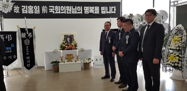 김홍일 전 의원의 목포분향소는 지난 21일 목포 삼학도 김대중노벨평화상기념관에 설치돼 23일까지 운영된다.