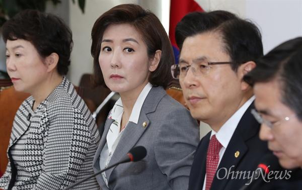 굳은 표정의 나경원 자유한국당 나경원 원내대표가 22일 국회에서 열린 최고위원회의에 굳은 표정으로 참석하고 있다. 오른쪽은 황교안 대표.