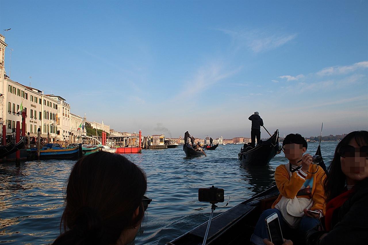 구명복없이 베네치아 대운하를 운행 중인 곤돌라 모습