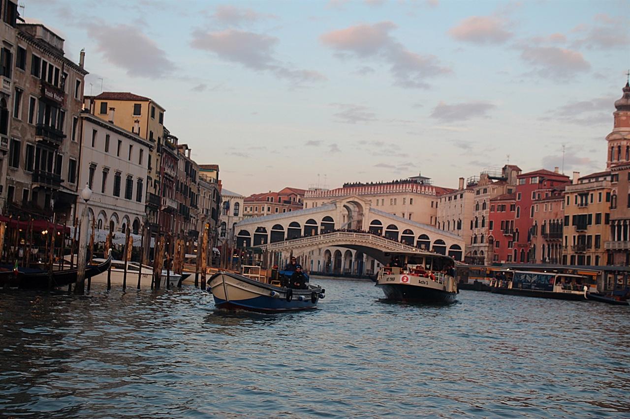 역사적인 상징성을 간직하고 있는 베네치아 리알토 다리 모습