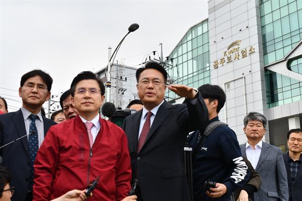 황교안 자유한국당 대표가 18일 공주보를 둘러보면서 정진석 의원의 설명을 듣고 있다.