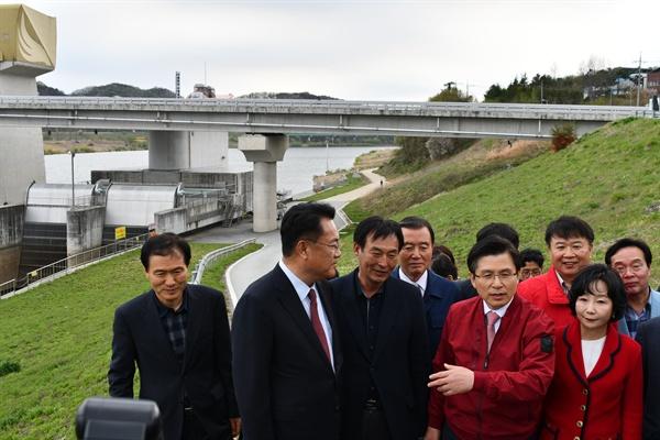 황교안 자유한국당 대표는 18일 오동호 씨 등과 함께 공주보를 둘러봤다.
