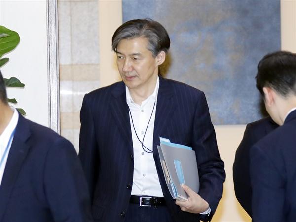 조국 청와대 민정수석이 지난 15일 오후 청와대 여민관에서 열린 수석·보좌관 회의에 입장하고 있다.