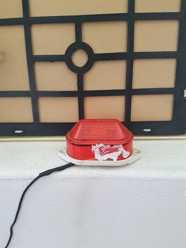 화상전화 알림장치 빨간 부분에 번쩍번쩍 불이들어와 농인들에게 화상 전화가 왔음을 알려준다