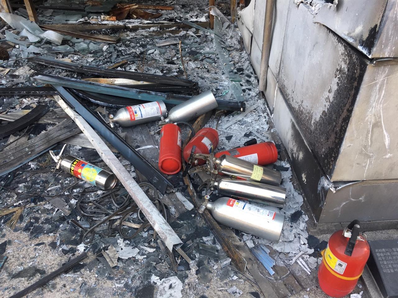 속초 산불 현장에 남아있는 소화기 불을 끄기 위해 사투를 벌인 흔적이 남아있다.