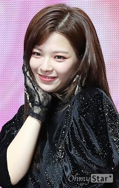 '트와이스' 정연, 머리 길러봤어요! 트와이스 정연이 22일 오후 서울 광장동의 한 공연장에서 열린 미니 7집 < FANCY YOU(팬시 유) > 발매 기념 쇼케이스에서 머리를 처음으로 길러봤다며 포즈를 취하고 있다.