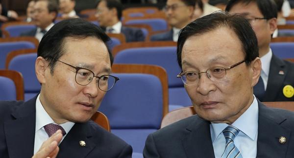 더불어민주당 이해찬 대표(오른쪽)와 홍영표 원내대표가 23일 국회에서 열린 의원총회에서 이야기를 나누고 있다.