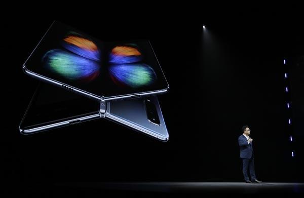 베일 벗은 삼성 폴더블폰 '갤럭시 폴드' 2월 20일(현지시간) 미국 캘리포니아주 샌프란시스코의 빌 그레이엄 시빅 오디토리엄에서 열린 '삼성 갤럭시 언팩 2019'에서 삼성전자 IM부문장 고동진 사장이 폴더블 스마트폰 '갤럭시 폴드(Fold)'를 소개하고 있다. 삼성전자는 이날 접었다 펴는 '인피니티 플렉스 디스플레이'를 탑재한 '갤럭시 폴드'를 공개했다.