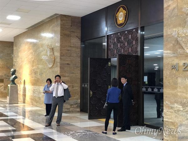 23일 오후 3시 자유한국당 긴급의원총회가 열리는 예결위회의장 앞. 권성동 의원이 누군가와 통화하고 있다.