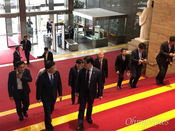23일 오후 3시 국회 로텐더홀. 자유한국당 소속 의원들이 긴급의원총회에 참석하기 위해 도착하고 있다.