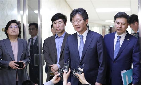 바른미래당 이혜훈(왼쪽부터), 하태경, 유승민, 지상욱 의원이 23일 국회에서 열린 당 의원총회를 마친 뒤 브리핑을 하고 있다.