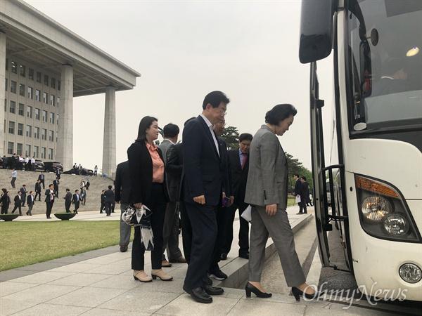 """한국당 의원들 """"청와대로 가자!"""" 23일 오후 5시 30분, 국회 로텐더홀 앞 계단에서 규탄대회를 마친 한국당 의원들이 청와대로 향하는 버스에 타고 있다."""