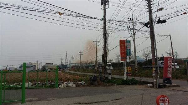 현대제철에서 발생한 붉은색 분진 23일 오후 현대제철 당진공장 C지구 상공에 적색을 띈 분진이 발생해 주민들의 우려를 낳고 있다.