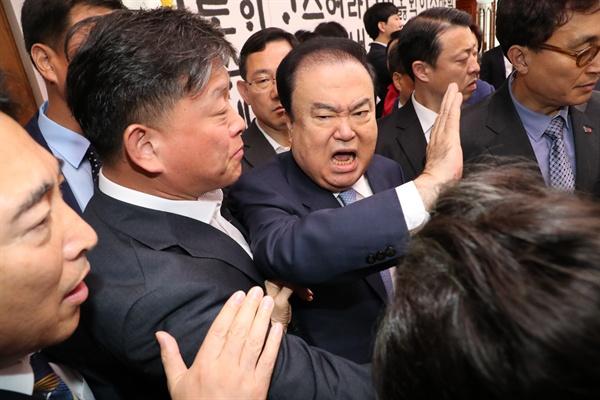 한국당 의원들과 설전 벌이는 문희상 의장 문희상 국회의장이 24일 오전 여야 4당의 선거제·개혁법안 패스트트랙 문제로 국회의장실을 항의방문한 자유한국당 의원들과 설전을 벌이고 있다.