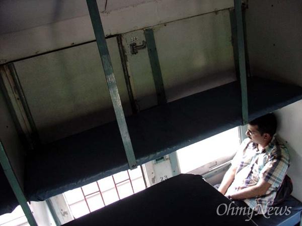 인도 기차 슬리퍼칸에 앉아 생각에 잠긴 인도인의 모습.