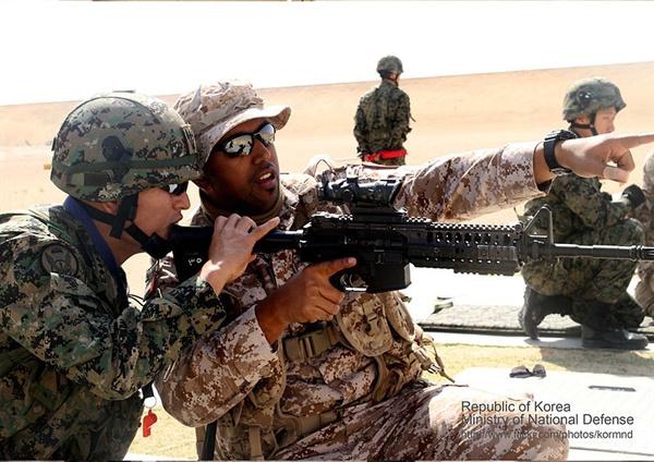 한국군에게 개인화기 사격 교육을 받고 있는 UAE 부대원  (출처: 대한민국 국군)