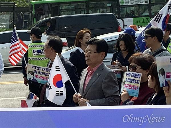 홍문종 자유한국당 의원이 24일 오후 서울중앙지검 앞에서 진행된 대한애국당 집회에 참석해 박근혜 전 대통령의 석방을 요구했다.
