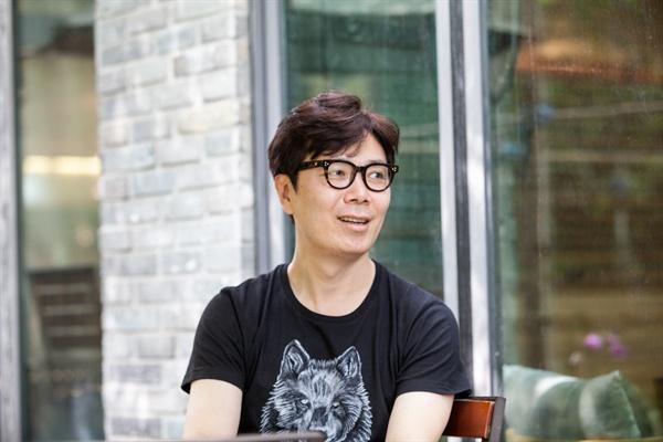 산문 <여행의 이유>를 펴낸 소설가 김영하