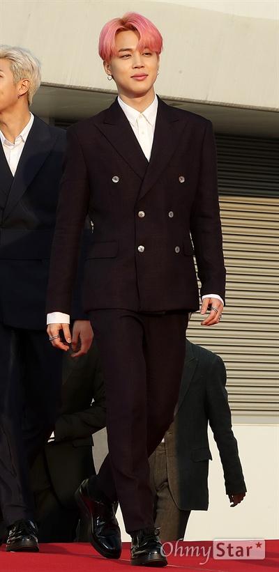 'TMA' 방탄소년단 지민, 설렘유발 미소 방탄소년단의 지민이 24일 오후 인천 남동체육관에서 열린 <더팩트 뮤직 어워즈 레드카펫>에서 입장하고 있다.