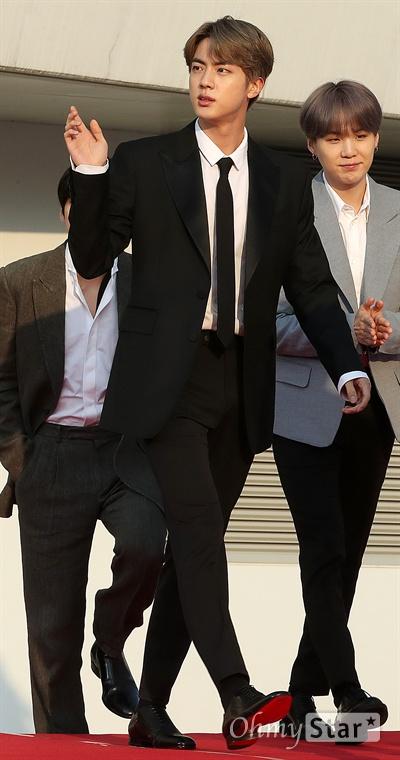 'TMA' 방탄소년단 진, 만찢남 스타일 방탄소년단의 진이 24일 오후 인천 남동체육관에서 열린 <더팩트 뮤직 어워즈 레드카펫>에서 입장하고 있다.
