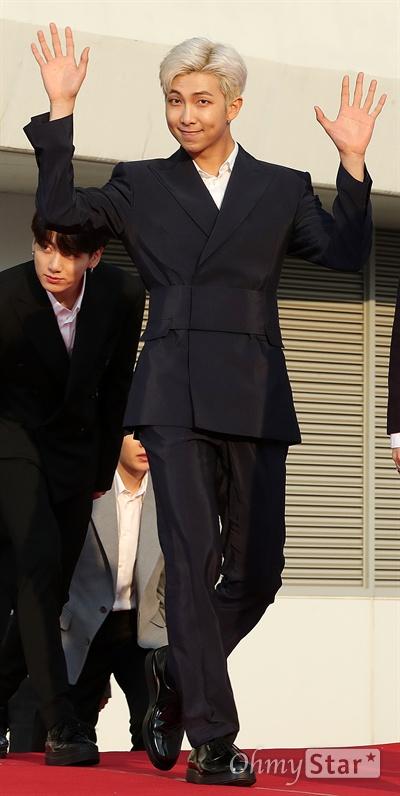'TMA' 방탄소년단 RM, 훈훈한 리더 방탄소년단의 RM이 24일 오후 인천 남동체육관에서 열린 <더팩트 뮤직 어워즈 레드카펫>에서 포즈를 취하고 있다.