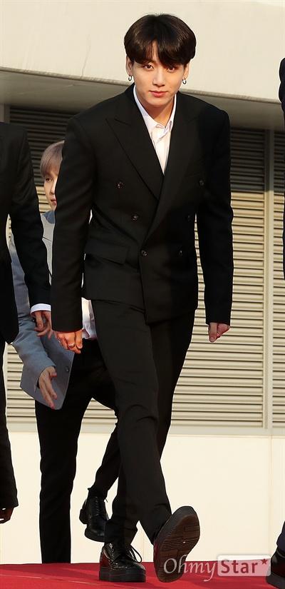 'TMA' 방탄소년단 정국, 꿀 떨어지는 눈빛 방탄소년단의 정국이 24일 오후 인천 남동체육관에서 열린 <더팩트 뮤직 어워즈 레드카펫>에서 포즈를 취하고 있다.