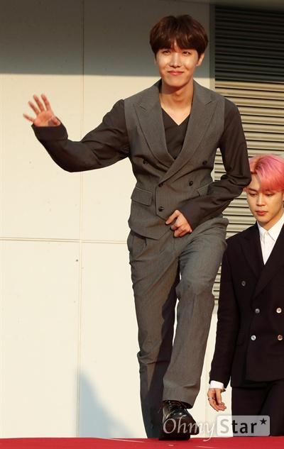 'TMA' 방탄소년단 제이홉, 넘치는 여유 방탄소년단의 제이홉이 24일 오후 인천 남동체육관에서 열린 <더팩트 뮤직 어워즈 레드카펫>에서 포즈를 취하고 있다.