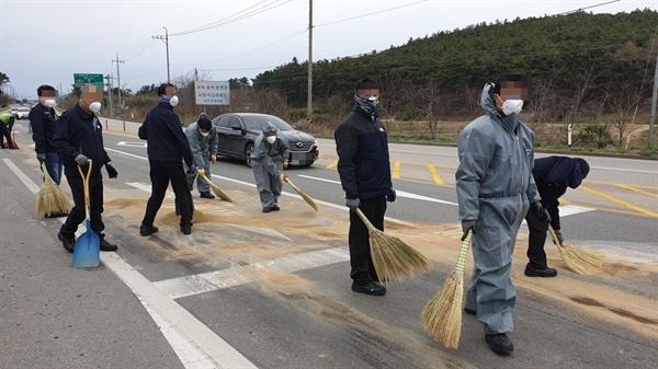환경단체는 방제작업자들이 일반 작업복과 방진 기능이 없는 방진 마스크를 착용하고 유출물질이 무엇인지도 모른 채 작업이 이뤄진 것을 지적했다.(지난 18일 화학물질 유출 제거 작업중인 작업자들)