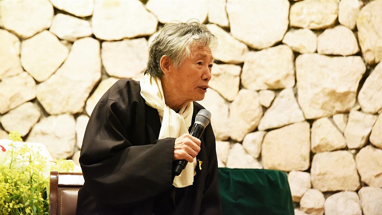 백기완 비정규노동자의 집 꿀잠 김소연 운영위원장에게 다시 답변을 원하는 질문의 요지에 대해 듣는 백기완 성생님.