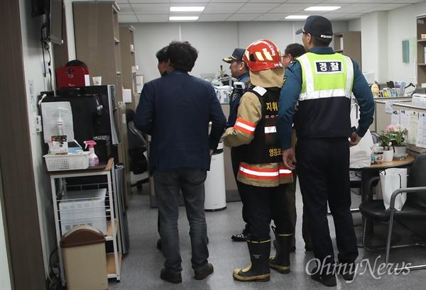 패스트트랙 처리 방침에 반대하는 자유한국당 의원들이 25일 오후 서울 여의도 국회 의원회관 채이배 의원실에서 채 의원의 회의 참석을 막으며 진을 치고 있자, 경찰과 119소방대원이 의원실 신고를 받고 출동해 있다.