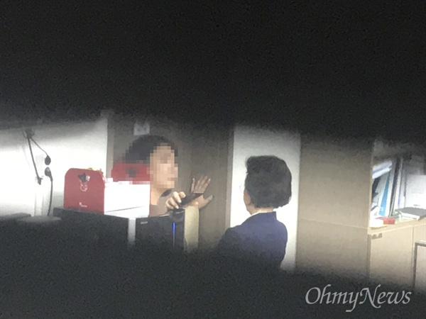 이은재 자유한국당 의원이 25일 오후 서울 여의도 국회 의원회관에서 채이배 바른미래당 의원의 사개특위 회의 참석을 저지하기 위해 의원실을 방문하고 있다. 집무실 안에는 한국당 의원 10명이 들어가 출입을 막고 있다.