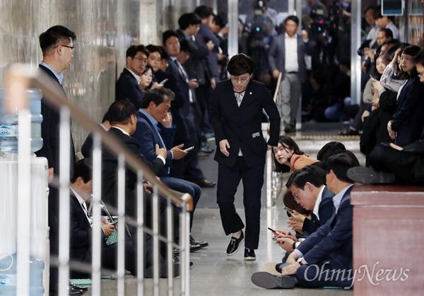 사개특위 회의장 봉쇄한 한국당  선거법과 공수처법 처리를 저지하기 위해 사흘째 농성중인 자유한국당 의원들이 25일 오후 사개특위 전체회의가 예정된 회의장 앞 통로 출입을 봉쇄한 채 연좌시위를 하고 있다.