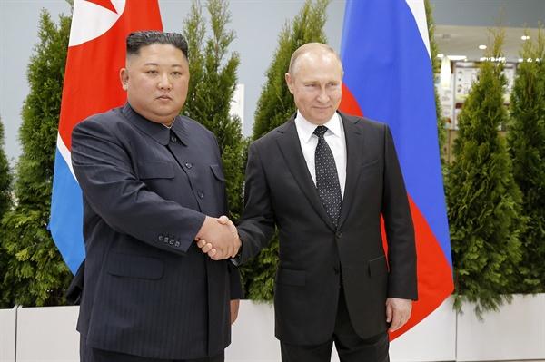 악수하는 김정은과 푸틴 김정은(왼쪽) 북한 국무위원장과 블라디미르 푸틴 러시아 대통령이 25일(현지시간) 러시아 블라디보스토크 극동연방대학교에서 만나 악수하고 있다