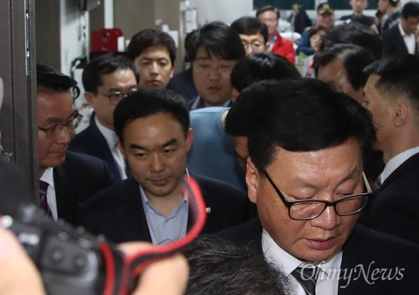 채이배 바른미래당 의원이 25일 오후 서울 여의도 국회 의원회관에서 패스트트랙 처리 방침에 반대하는 자유한국당 의원들의 감금에 풀려 의원실을 나서고 있다.
