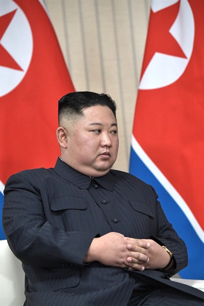 김정은 북한 국무위원장이 25일 오후 러시아 블라디보스토크 루스키섬 극동연방대학에서 열린 정상회담에서 푸틴 러시아 대통령의 발언을 경청하고 있다.