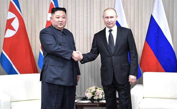 김정은 북한 국무위원장(왼쪽)과 블라디미르 푸틴 러시아 대통령이 25일 오후 러시아 블라디보스토크 루스키섬 극동연방대학에서 열린 정상회담에서 악수하고 있다.