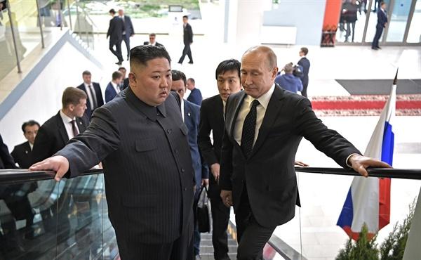 김정은 북한 국무위원장(왼쪽)과 블라디미르 푸틴 러시아 대통령이 25일 오후 러시아 블라디보스토크 루스키섬 극동연방대학에서 열린 정상회담장으로 이동하고 있다.