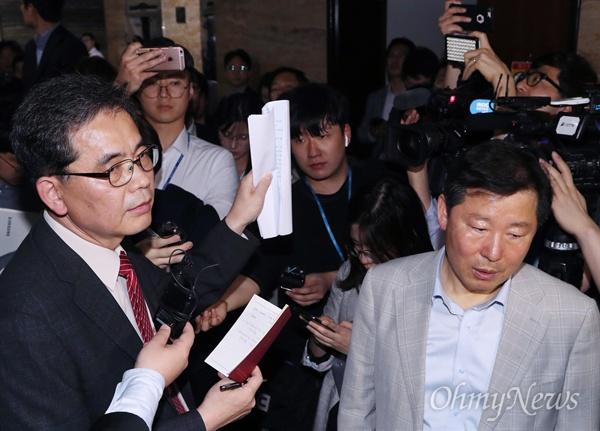 팩스 사본 들어보이는 곽상도 의원 자유한국당 곽상도 의원이 25일 오후 국회 의안과 앞에서 여야4당의 패스트트랙 지정 강행을 저지하기 위해 뺏았다고 주장하는 팩스 사본을 취재진에 들어보이고 있다.