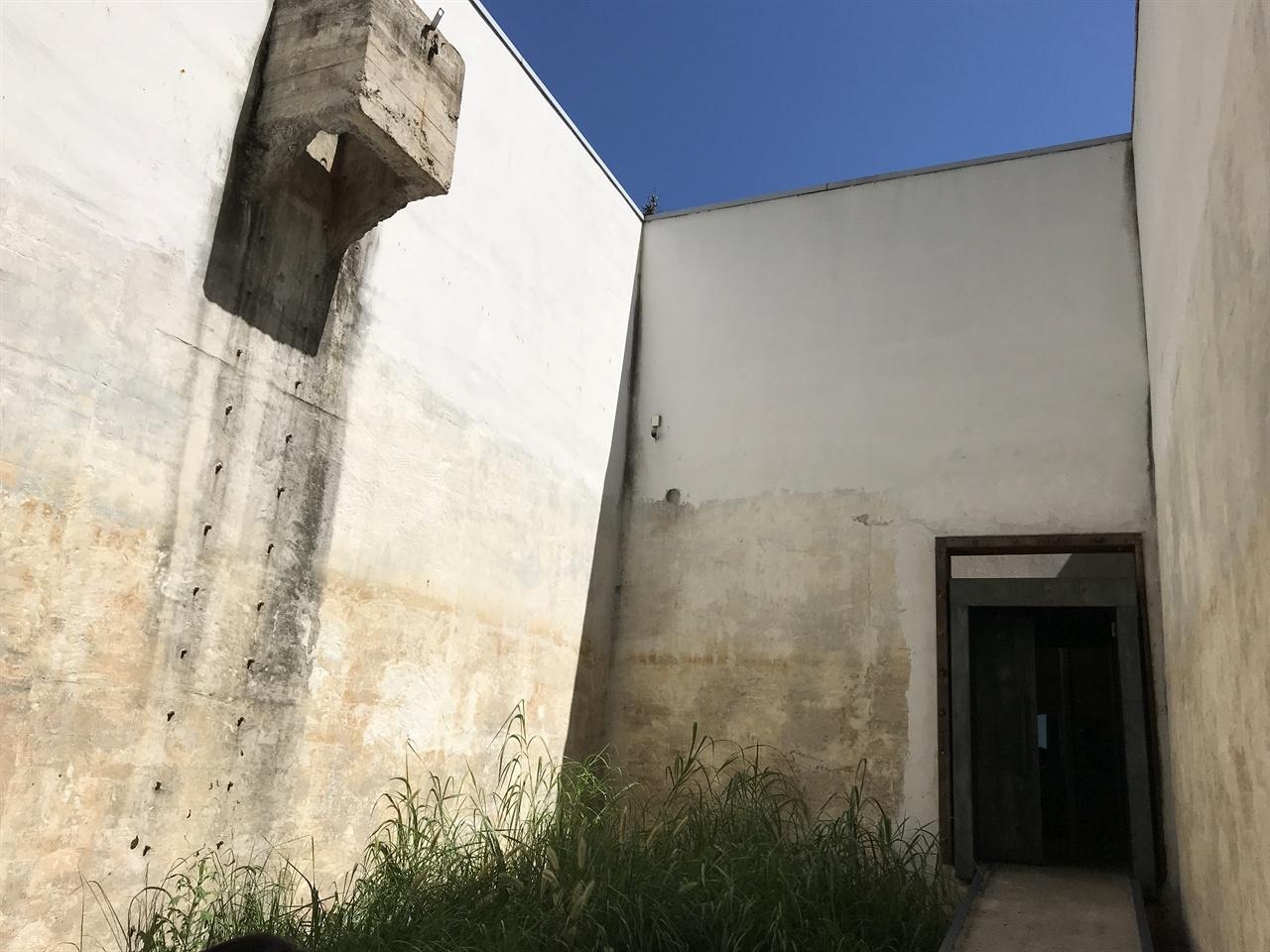 중정으로 꾸민 윤동주문학관 제2전시실 윤동주문학관 제1전시실은 청운수도가압장의 기계실을, 제2전시실과 제3전시실은 2개의 콘크리트 물탱크를 리모델링한 공간이다. 제2전시실은 물탱크 천장을 제거해서 하늘을 향해 뚫려 있는 중정으로 꾸몄다. 제2전시실 벽체에 남아있는 네모난 구조물과 철심은 콘크리트 물탱크로 들어가는 입구와 철제 사다리 흔적을 남겨둔 것이다.