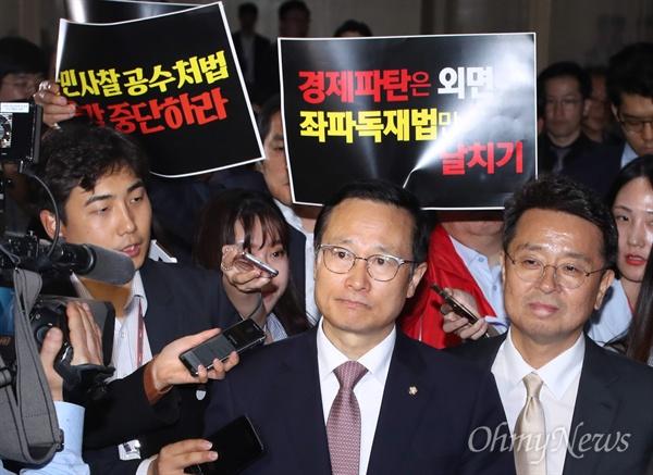 홍영표 따라나선 한국당 피켓부대 더불어민주당 홍영표 원내대표가 25일 오후 국회 운영위원장실로 향하자, 여야4당의 패스트트랙 강행 저지 피켓을 든 자유한국당 의원들이 무리지어 따라나서고 있다.