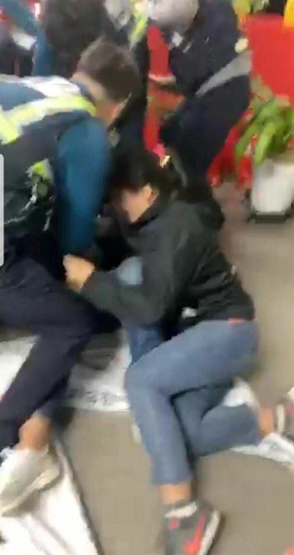 자유한국당 강원도당을 항의방문한 여대생을 남자경찰이 강제로 끌어내고있다. 강원대학생진보연합 영상캡쳐